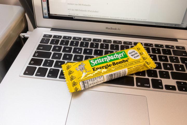 Seitenbacher-Energieriegel liegt auf Tastatur von Laptop