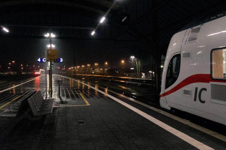 Abfahrt mit dem Doppelstock-Intercity bei Regenwetter