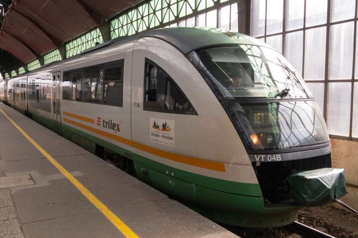 Zug der Dreiländerbahn trilex nach Dresden im Bahnhof von Görlitz