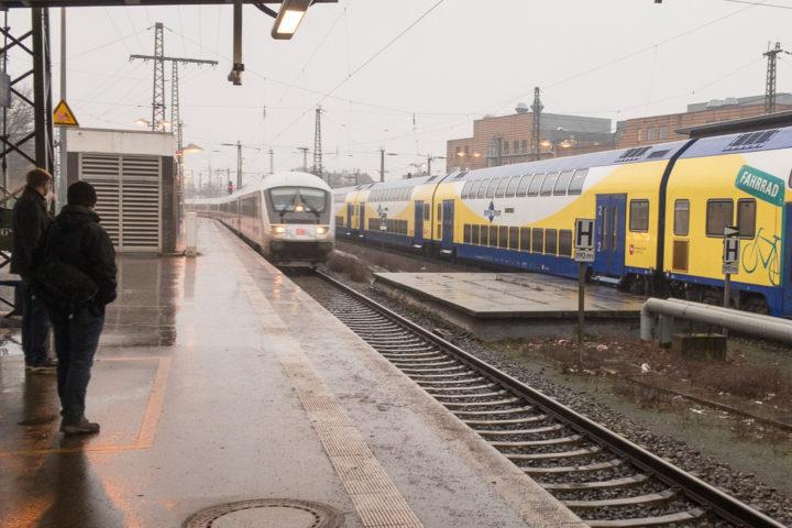 Einfahrt des verspäteten Intercity am Bremer Hauptbahnhof