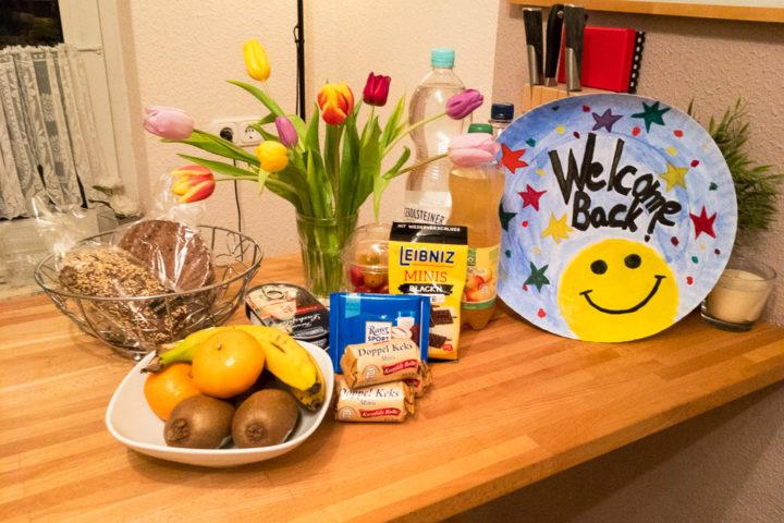 Ein Tisch mit Essen, Getränken und Blumen