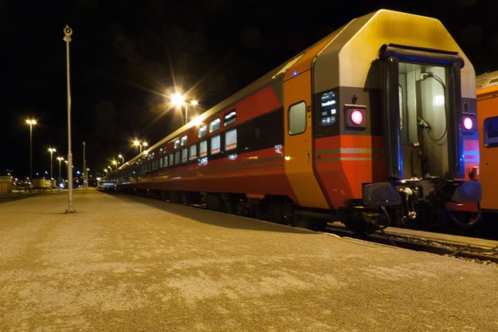 Norwegischer Schlafwagen am Bahnhof von Bodø am Abend