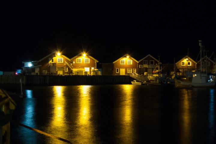 Holzhäuser am Hafen von Bodø im Winter