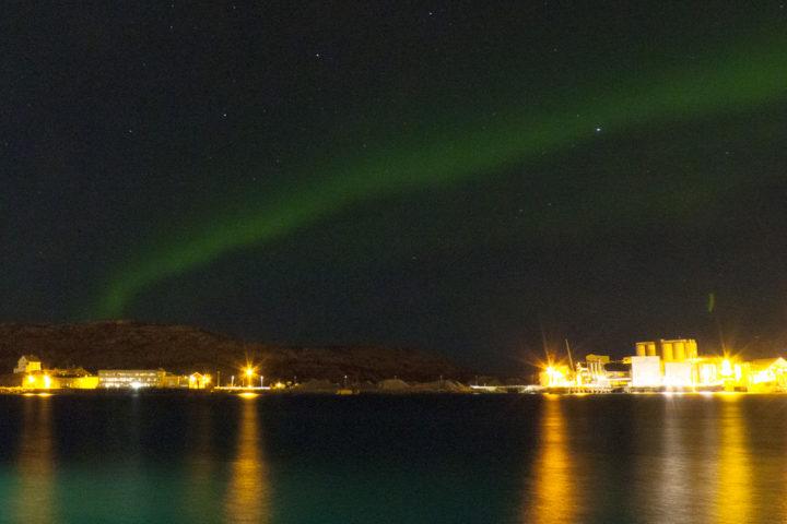 Polarlicht über dem Hafen von Bodø im Winter