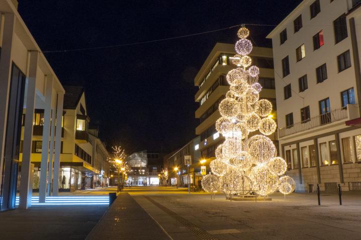 Die beleuchtete Innenstadt von Bodø im Winter