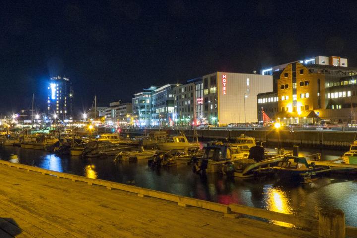 Der Yachthafen von Bodø an einem Winterabend