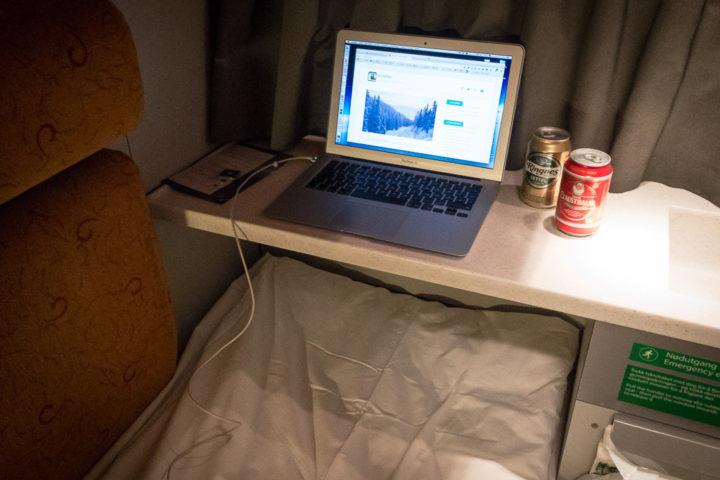 Laptop auf Regal im Schlafwagen Nachtzug Norwegen