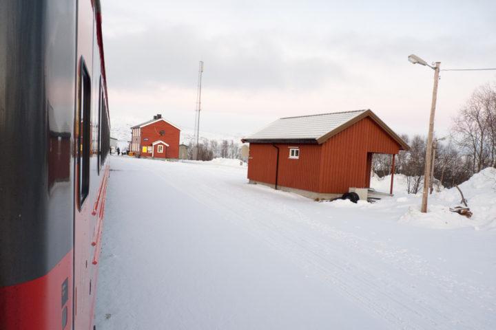 Bahnhof von Lønsdal an der Nordlandsbanen im Winter.