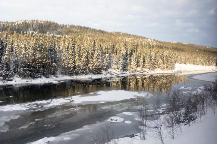 Ein Fluss im Winter an der Nordlandsbanen von Trondheim nach Bodø