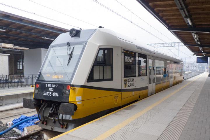 Triebwagen der niederschlesischen Eisenbahnen Koleje Dolnośląskie in Jelenia Gora