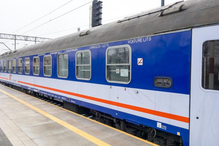 Polnischer Schlafwagen im Bahnhof Jelenia Góra